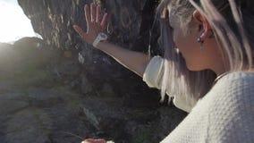 Het meisje trekt handen aan de zon stock video
