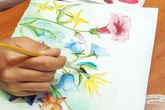 Het meisje trekt mooie wildflowers op Witboek Royalty-vrije Stock Foto