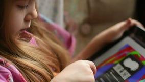 Het meisje trekt op een tablet stock videobeelden