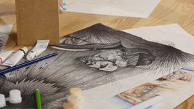 Het meisje trekt potloodschets op papier Sluit omhoog stock footage
