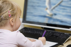 Het meisje trekt van het computerscherm Stock Fotografie