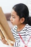 Het meisje trekt vastbesloten stock fotografie
