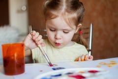 Het meisje trekt verven Royalty-vrije Stock Afbeeldingen