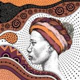 Het meisje in tulband met Afrikaanse hand trekt ethnopatroon, stammenachtergrond Mooie zwarte De mening van het profiel Vector il Stock Afbeeldingen