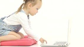 Het meisje typt de tekst op het toetsenbord Witte achtergrond Sluit omhoog stock videobeelden