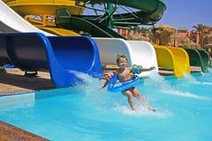 Het meisje valt aan het zwembad Royalty-vrije Stock Afbeeldingen