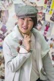 Het meisje van Aziatische verschijning toont een nieuwe tendens in fas aan Royalty-vrije Stock Afbeelding