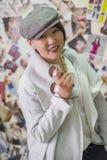 Het meisje van Aziatische verschijning toont een nieuwe tendens in fas aan Stock Fotografie