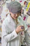 Het meisje van Aziatische verschijning toont een nieuwe tendens in fas aan Royalty-vrije Stock Afbeeldingen