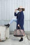 Het meisje van Aziatische verschijning toont een nieuwe tendens in fas aan Stock Afbeelding