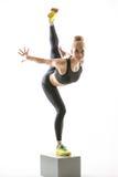 Het meisje van blondesporten op kubus stock foto