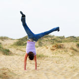 Het meisje van Cartwheel Stock Foto's