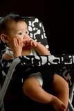 het meisje van de 6 maanden oude Aziatische baby het kauwen vingers Stock Afbeeldingen