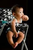 het meisje van de 6 maanden oude Aziatische baby het kauwen vingers Stock Fotografie