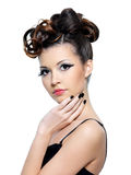 Het meisje van de aantrekkingskracht met manierkapsel Royalty-vrije Stock Foto