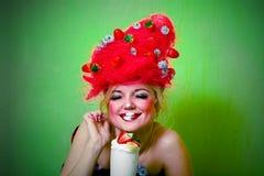 Het meisje van de aardbei geranseld eten Royalty-vrije Stock Afbeelding