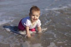 Het meisje van de baby bij strand Stock Afbeelding