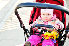 Het meisje van de baby in de wandelwagen Stock Afbeeldingen