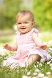 Het Meisje van de baby in de Zitting van de Kleding van de Zomer op Gebied royalty-vrije stock afbeelding