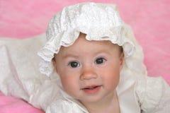 Het meisje van de baby in doopselkleding Stock Afbeeldingen