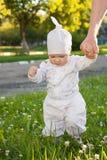 Het meisje van de baby in een de zomerpark Stock Afbeelding