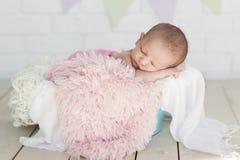 Het meisje van de baby in een mand Stock Fotografie