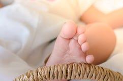 Het meisje van de baby in een mand Selectieve nadruk te voet Royalty-vrije Stock Foto's