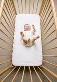 Het meisje van de baby in een voederbak Royalty-vrije Stock Foto's