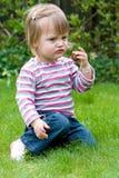 Het meisje van de baby eet suikergoed Stock Afbeelding