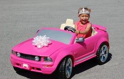 Het meisje van de baby en haar wielen! Royalty-vrije Stock Foto's