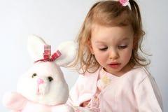 Het meisje van de baby en roze konijntje Royalty-vrije Stock Afbeelding