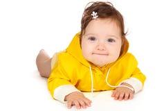 Het meisje van de baby in geel stock foto's