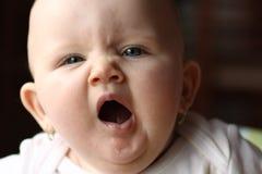 Het meisje van de baby geeuw Stock Afbeeldingen