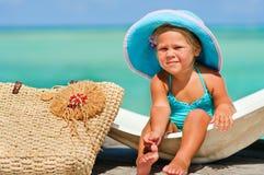 Het meisje van de baby in grote hoed ontspant bij exotisch strand Royalty-vrije Stock Foto
