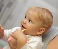 Het meisje van de baby het borstelen tanden stock fotografie