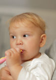 Het meisje van de baby het borstelen tanden royalty-vrije stock afbeeldingen
