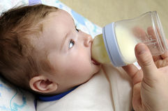 Het meisje van de baby het drinken melk Royalty-vrije Stock Afbeelding