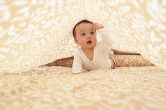 Het meisje van de baby in het kader van blad Stock Afbeelding