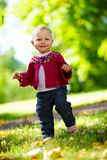 Het meisje van de baby het lopen royalty-vrije stock foto
