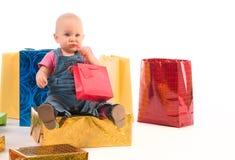 Het meisje van de baby het openen giften Stock Foto