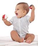 Het meisje van de baby het spelen met ballen. Stock Afbeeldingen