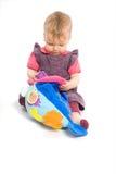 Het meisje van de baby het spelen met geïsoleerdl stuk speelgoed - Stock Afbeelding