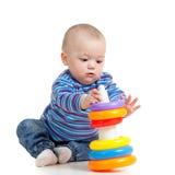 Het meisje van de baby het spelen met stuk speelgoed Stock Foto's