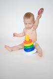 Het meisje van de baby het spelen met stuk speelgoed Stock Afbeeldingen