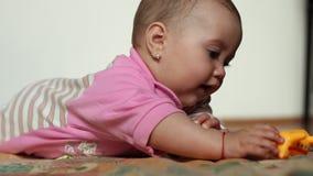 Het meisje van de baby het spelen met stuk speelgoed stock videobeelden
