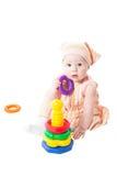 Het meisje van de baby het spelen met stuk speelgoed piramide bouwt van geïsoleerdew ringen Stock Foto