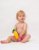 Het meisje van de baby het spelen muziekstuk speelgoed Stock Fotografie