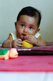Het meisje van de baby het spelen op alleen matress Royalty-vrije Stock Foto's