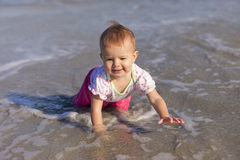 Het meisje van de baby het spelen in water Royalty-vrije Stock Fotografie