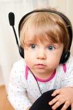 Het meisje van de baby in hoofdtelefoons Royalty-vrije Stock Afbeelding
